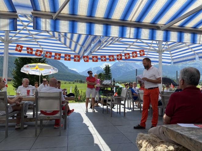 Dumeng Clavuot mit seiner Frau Anita übernahmen die Siegerehrung auf der Clubterrasse vom Engadiner Golfclub Samedan. Fotocredit: ExklusivGolfen