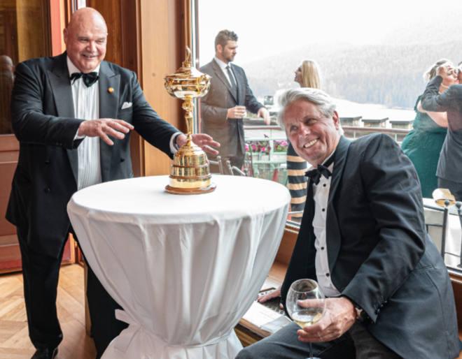 Die Ryder Cup Trophy (bewacht von einem Sicherheitsmann) und rechts: Unternehmer Bruno Andreis, welcher in Monte Carlo und St. Moritz mit aufgeteet hat. Fotocredit: Manuel Stotze
