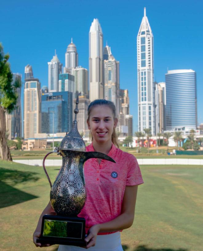 Chiara posiert mit der Dallah Trophy.