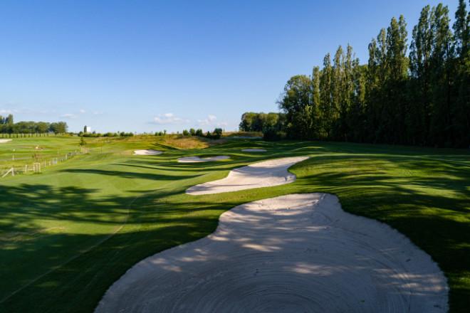 Loch 14 vom Fruit Garden Course von Golf Saint Apollinaire zeigt die schöne Golfplatzarchitektur.