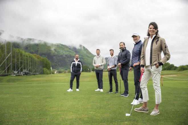 Uschi und Dieter Müller (beide rechts außen) trainieren selbst in der PGA Premium Golfschule, welche zum Resort Das Achental gehört. Edip Sipl (li.) hat schon trainiert. Fotocredit: Das Achental