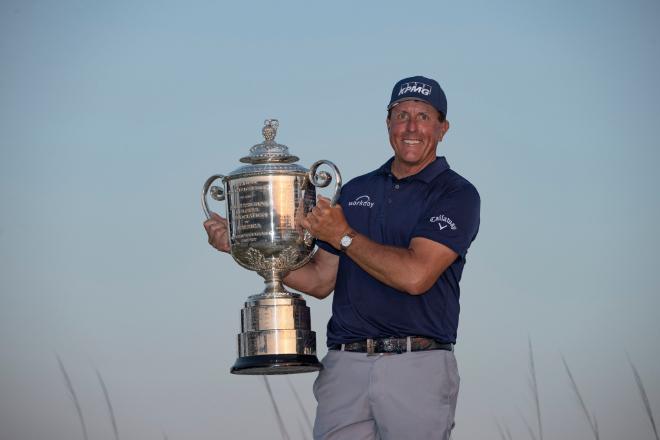 Phil Mickelson holt sich die Wanamaker Trophy bei Ausgabe 103 der PGA Championship. Fotocredit: Rolex/Simon Brut