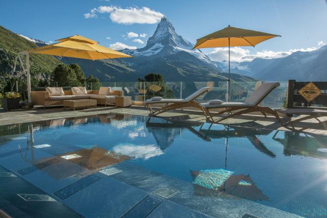 Höchstgelegener Aussenpool Europas mit 35° Wassertemperatur, 8,4m x 4m, mit Sprudelliegen und -sitzen und Blick zum Matterhorn. Fotocredit: Riffelalp Resort